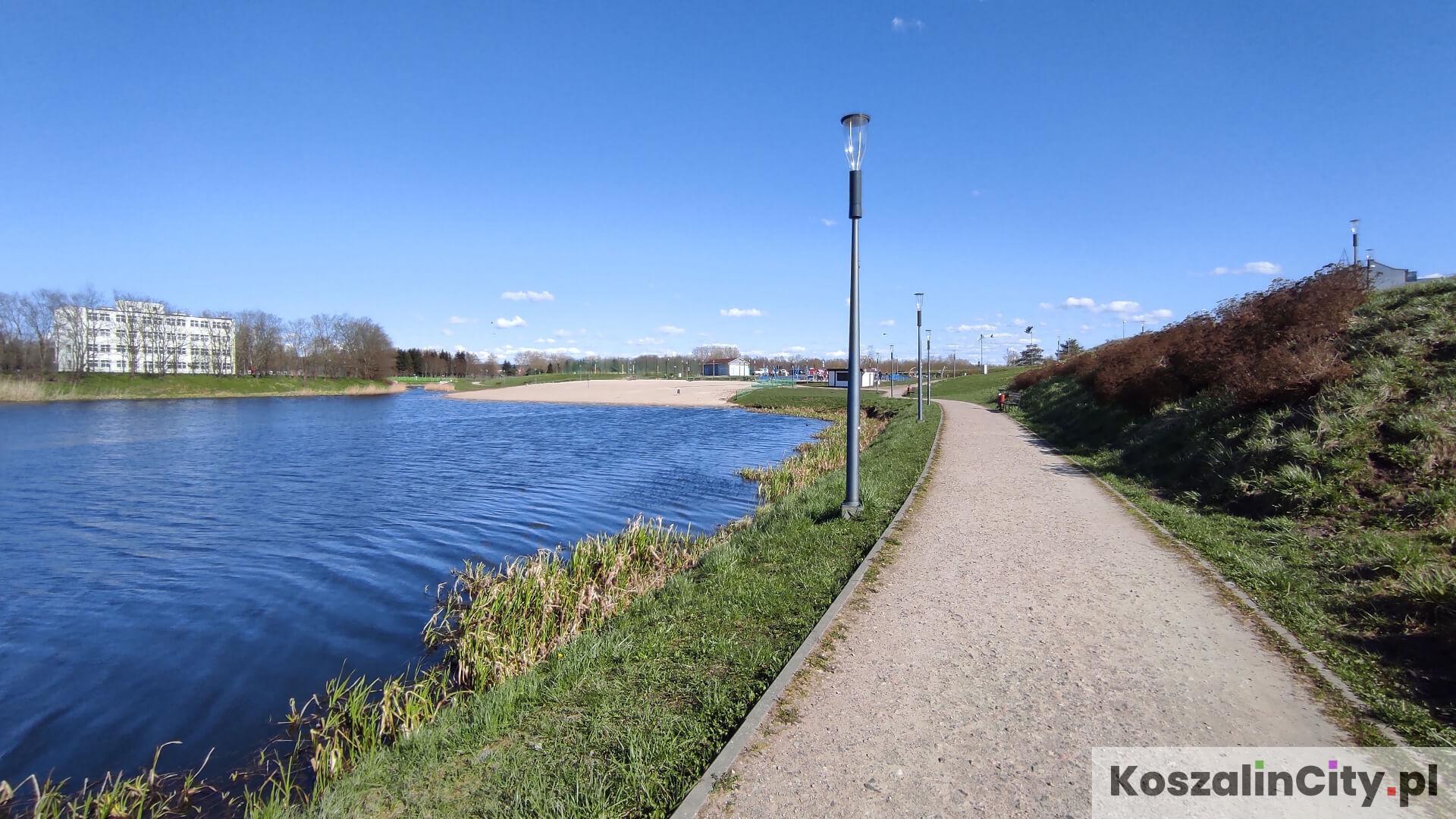 Alejki spacerowe wzdłuż zbiornika na Wodnej Dolinie w Koszalinie