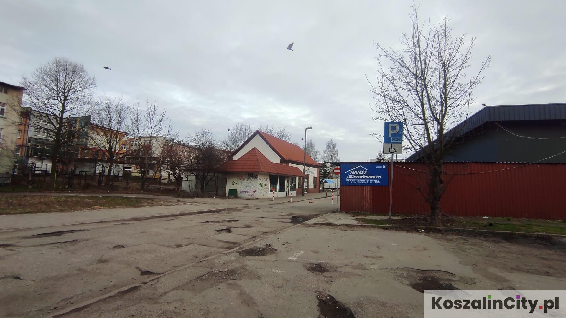 Plac jest wykorzystywany przez kierowców jako darmowy parking w centrum Koszalina