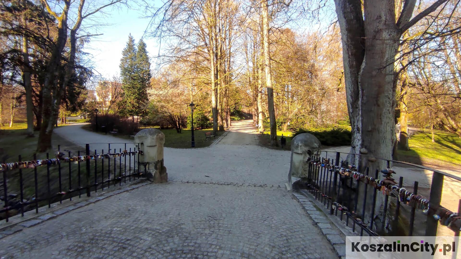 Wejście do Parku Książąt Pomorskich od strony Filharmonii w Koszalinie