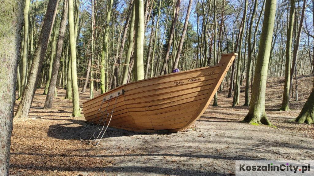 Łódka w parku w Mielnie
