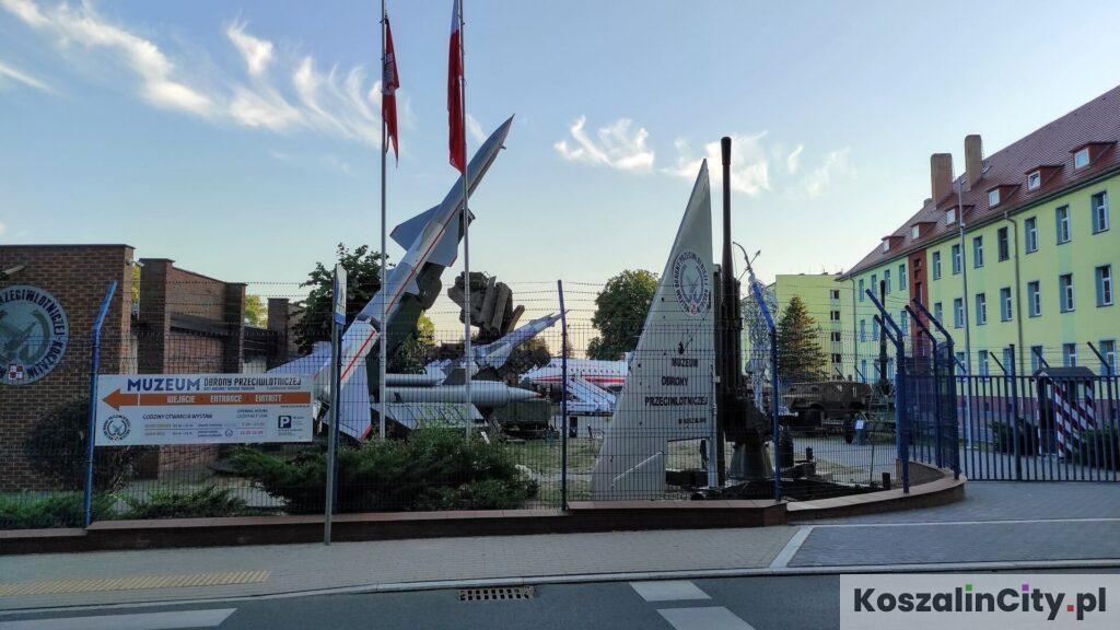 Ekspozycja zewnętrzna i samoloty w wojskowym muzeum w Koszalinie