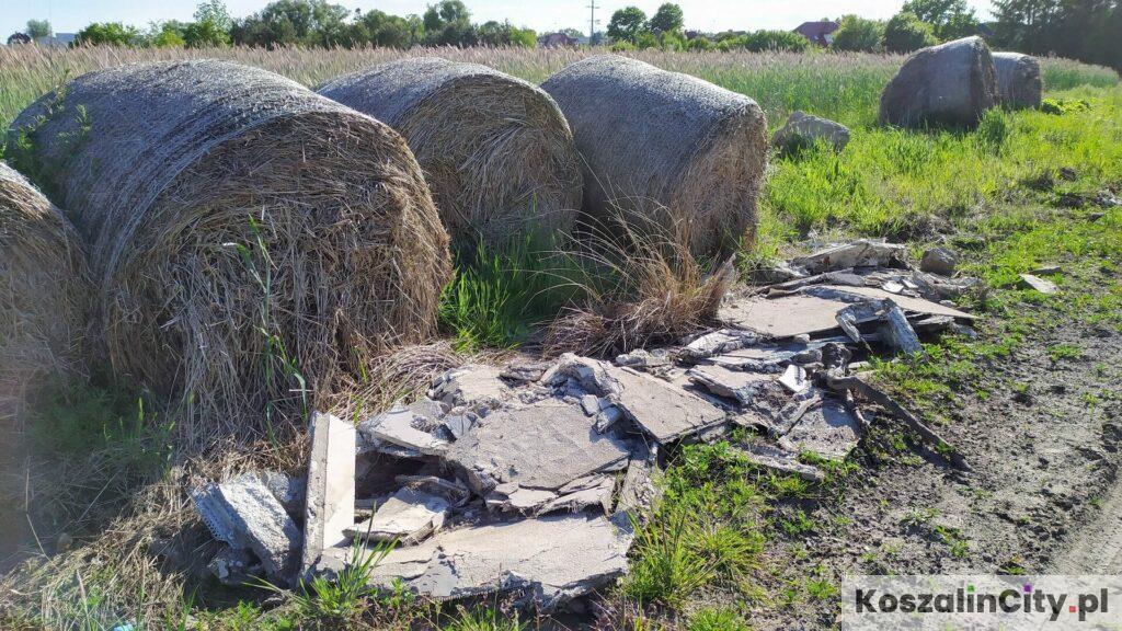 Materiały budowlane z rozbiórki wyrzucone na polnej drodze