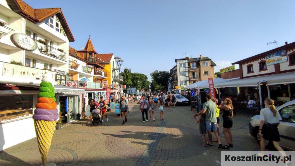Widok na deptak w Mielnie od strony morza