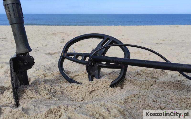 Poszukiwanie na plaży z detektorem metali