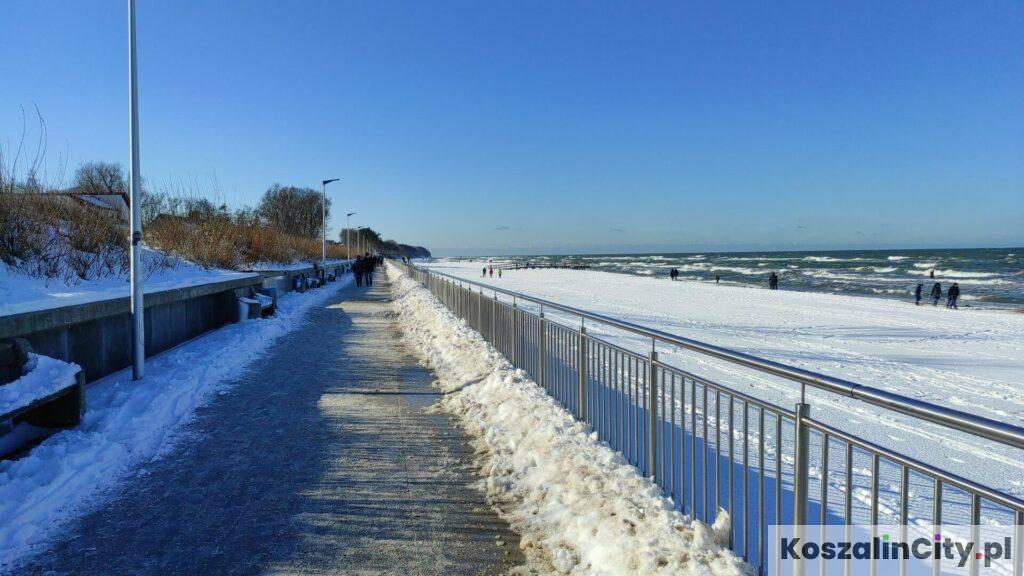 Promenada w Sarbinowie zimą i śnieg na plaży